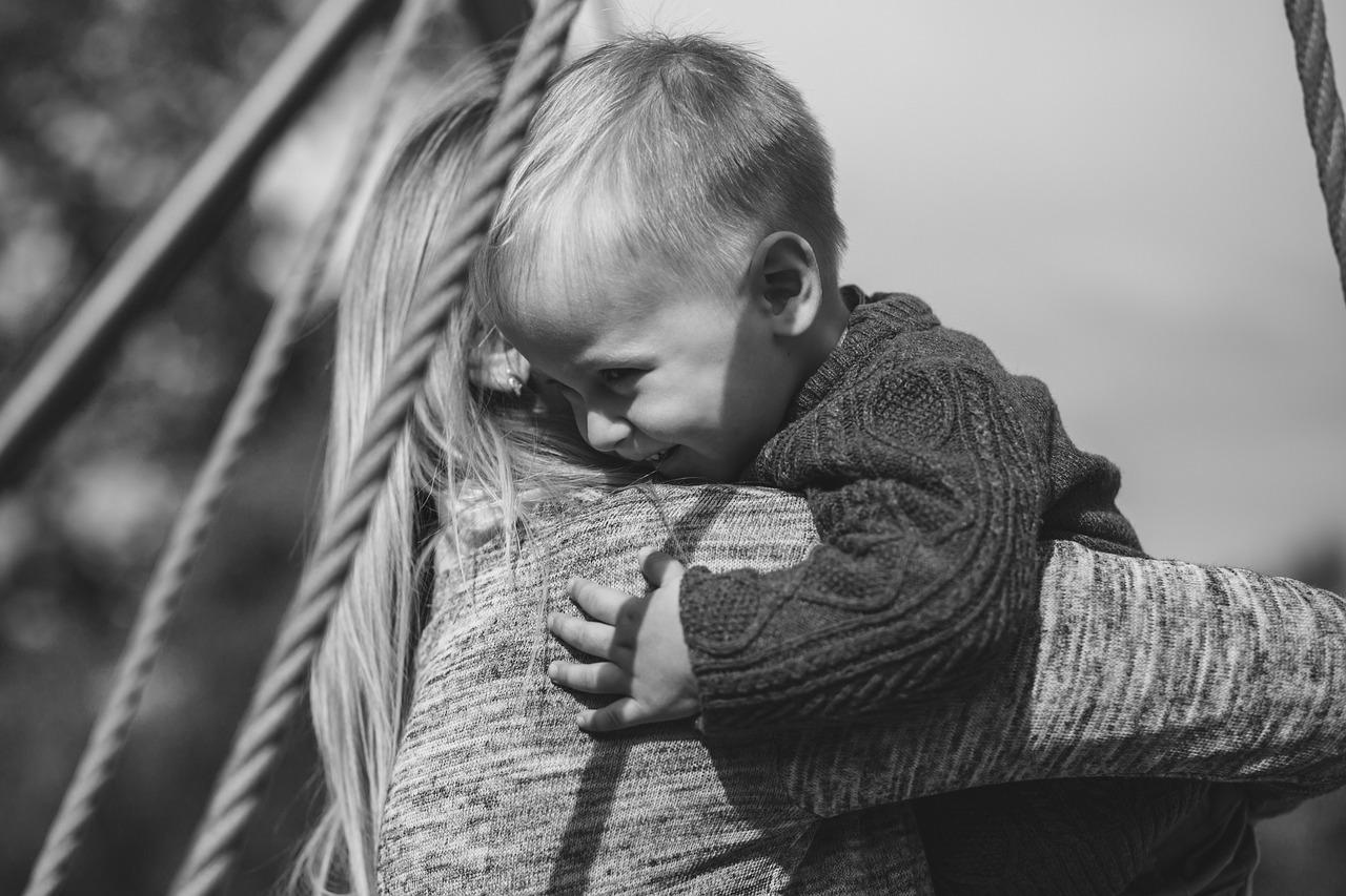 子どもと抱き合うママ