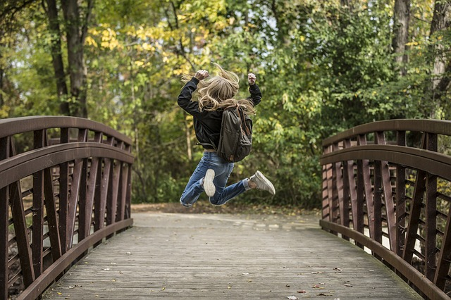ガッツポーズをしながらジャンプをしている女の子