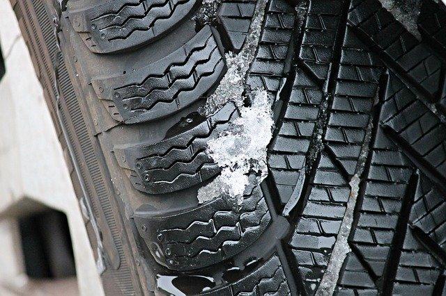 溝に雪が挟まったスタッドレスタイヤ