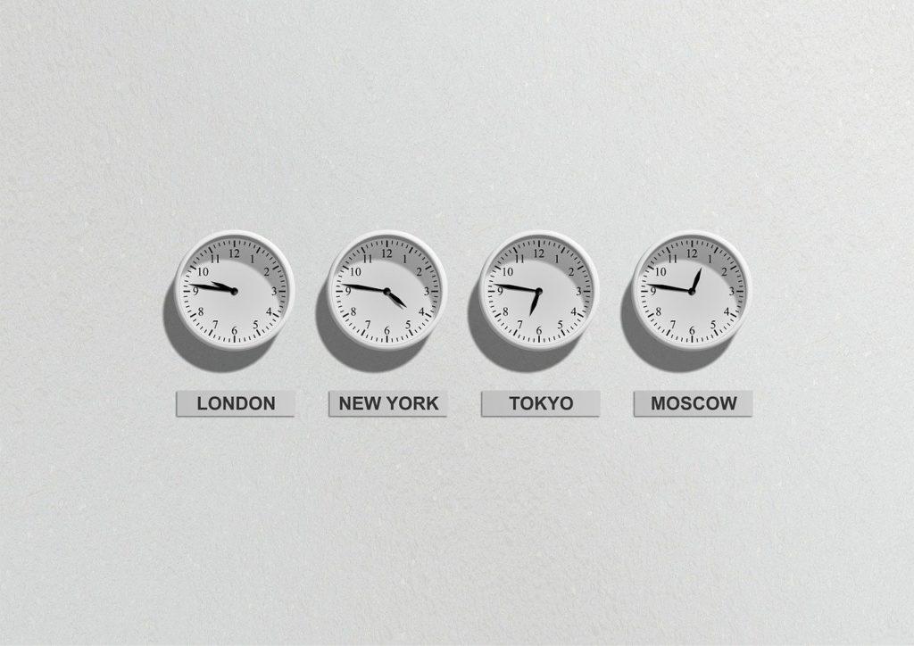 世界4各国の時間を表す4つの壁掛け時計