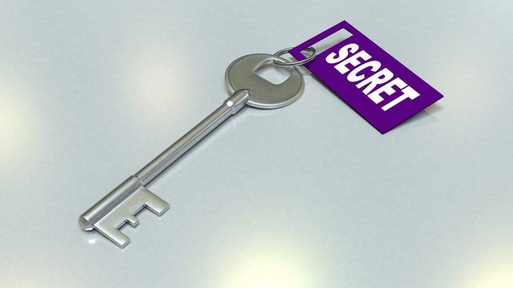 「SECRET」とタグのついた鍵