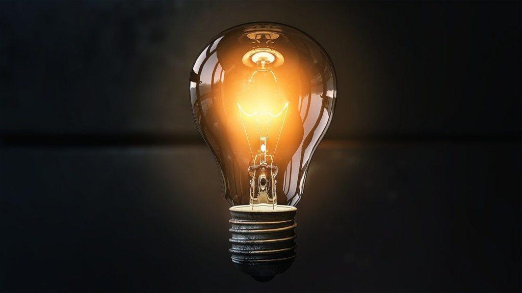 暗闇に光る電球