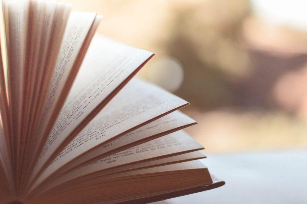 ページがめくられている本