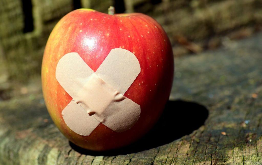 絆創膏が貼られているリンゴ
