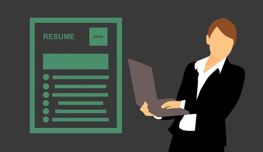 職務経歴書(履歴書)とノートPCを持つキャリアウーマン