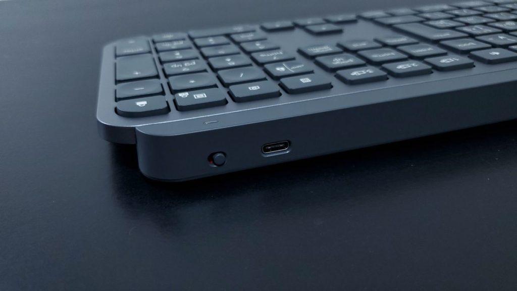 MX Keysの充電端子と電源スイッチ