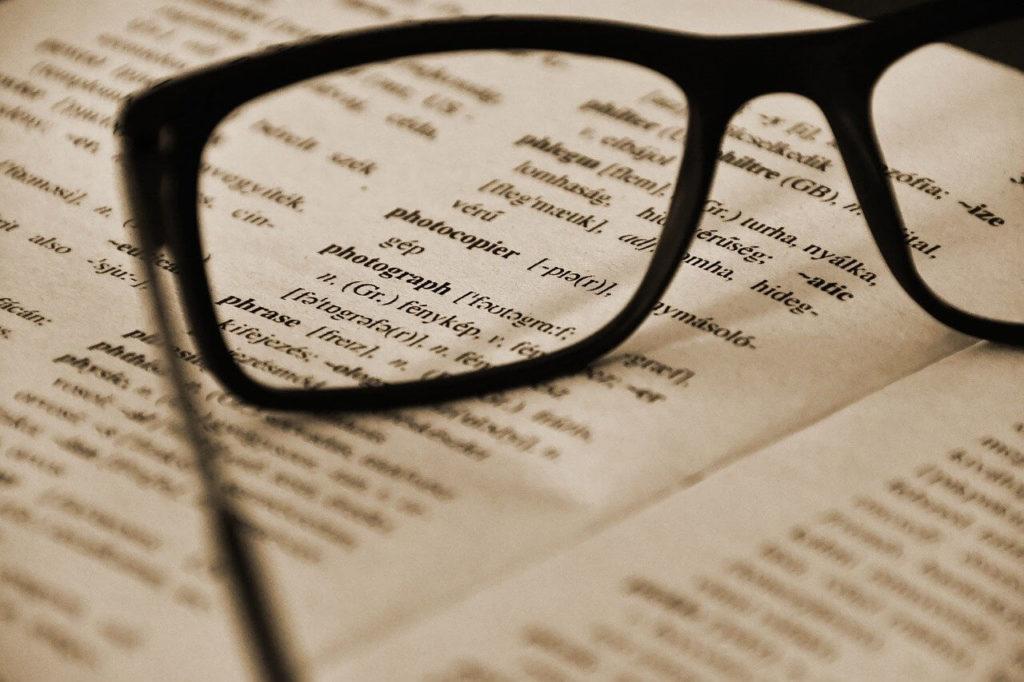 英語の文書とメガネ